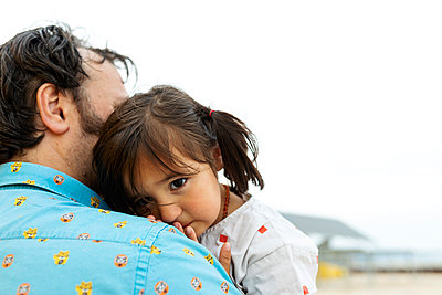 Portrait of little girl leaning on father's shoulder - p300m2203153 by Valentina Barreto