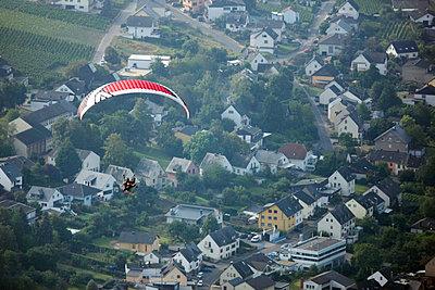 Motor paraglider - p1016m1025669 by Jochen Knobloch