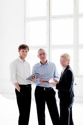 Businessteam - Besprechung im Stehen - p1212m1119436 von harry + lidy