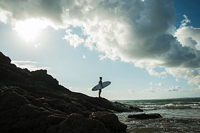 France, Brittany, Camaret-sur-Mer, teenage boy with surfboard at the ocean - p300m1188641 by Uwe Umstätter