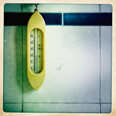 Altmodisches Thermometer an einer gefliesten Wand - p586m973156 von Kniel Synnatzschke