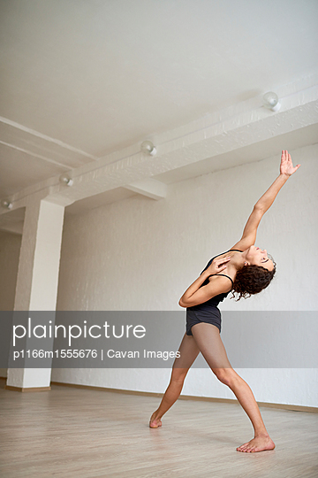 plainpicture | Photo library for authentic images - plainpicture p1166m1555676 - Side view of ballet dancer ... - plainpicture/Cavan Images