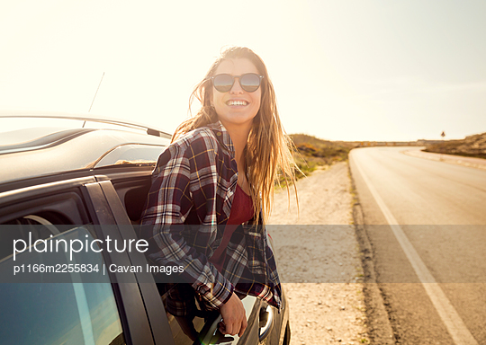 happy girl looking out the car window - p1166m2255834 by Cavan Images