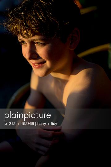 Junge in der Abendsonne - p1212m1152966 von harry + lidy