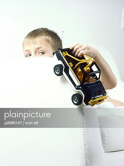 Junge mit Auto - p2686147 von icon art