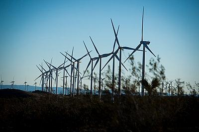 Windräder in der Mojave Wüste - p1273m1110939 von Melanka Helms