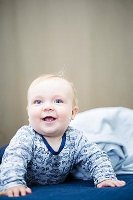 9 Monate altes Baby freut sich und drückt sich hoch - p1325m1497574 von Antje Solveig