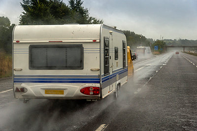 Caravan on motorway in rain - p300m973746 by Frank Röder