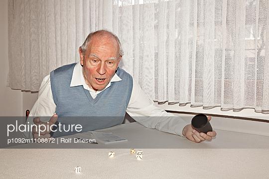 Altes Ehepaar beim Kniffel Spiel - p1092m1108872 von Rolf Driesen