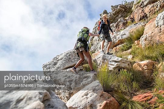 Junges Paar klettert einen Berg hinauf - p1355m1574166 von Tomasrodriguez
