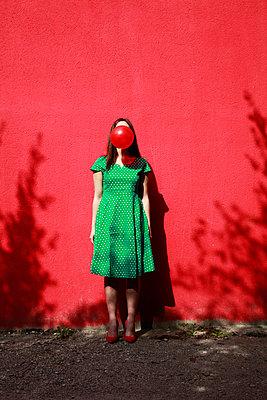 Frau macht Kaugummiblase - p1105m2082581 von Virginie Plauchut