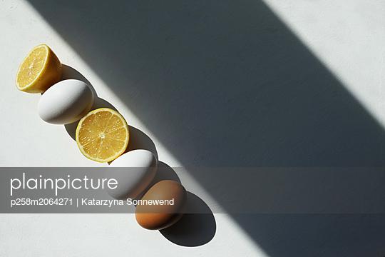Eggs and lemons - p258m2064271 von Katarzyna Sonnewend