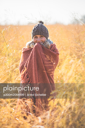 Portrait of smiling pregnant woman standing in asparagus field in autumn - p300m2068999 by Anke Scheibe