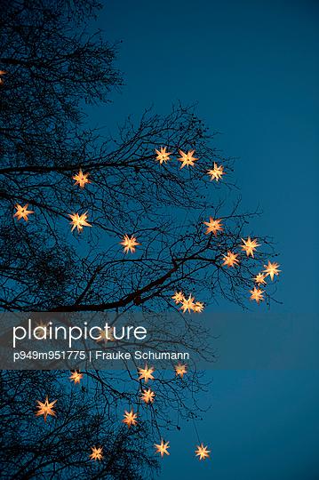 Lichterkette - p949m951775 von Frauke Schumann