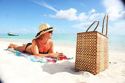 Am Strand liegende Frau - p045m727387 von Jasmin Sander