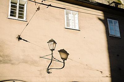 Laterne an einer Hausfassade - p819m1066372 von Kniel Mess