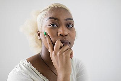 Portrait confident, serious young woman - p1023m2046616 by Sam Edwards