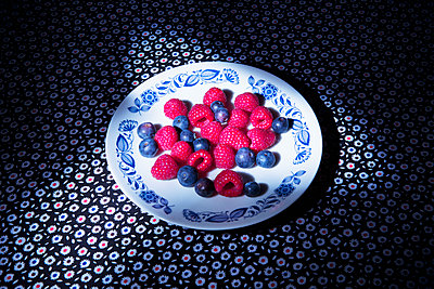 Berries on plate - p1149m2089584 by Yvonne Röder