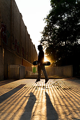 Silhouette of skater jumping in the air at backlight - p300m2113860 von VITTA GALLERY