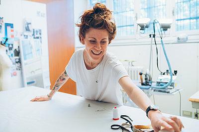 Fashion designer working in her studio - p429m2058377 by Eugenio Marongiu