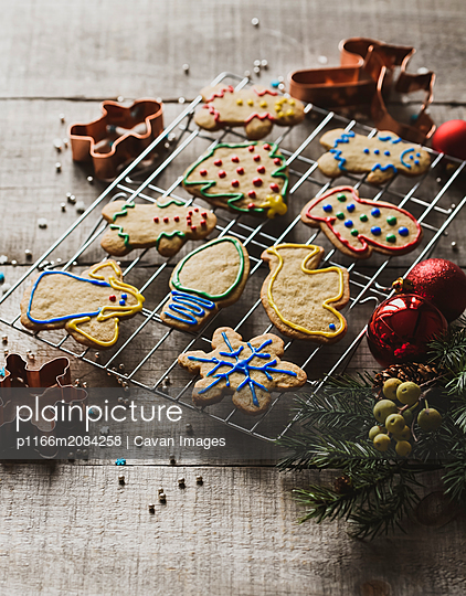 Christmas shaped gingerbread cookies on cooling rack shot from above - p1166m2084258 by Cavan Images