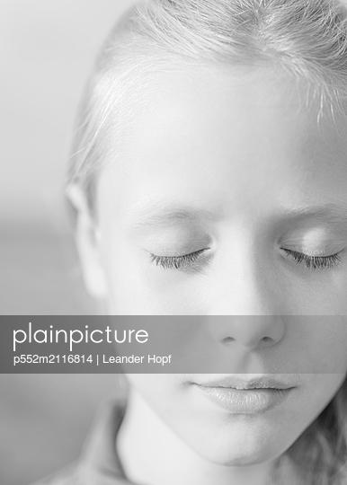 Closed eyes - p552m2116814 by Leander Hopf