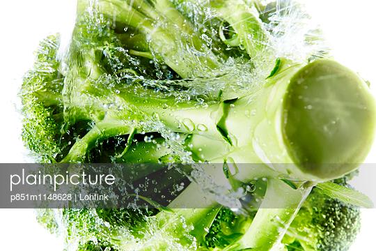 Brokkoli abwaschen - p851m1148628 von Lohfink