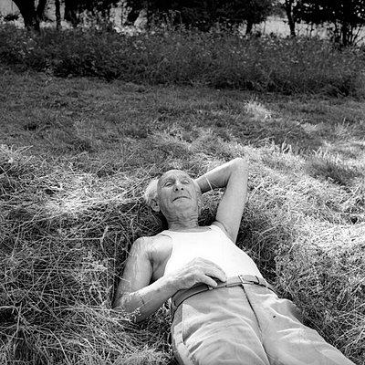 Alter Mann liegt lässig im Heu - p1650491 von Andrea Schoenrock