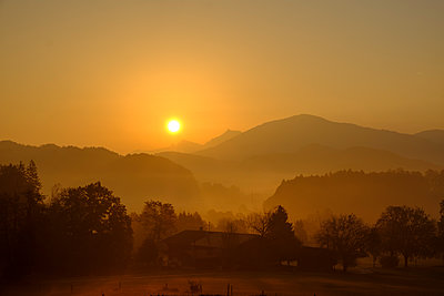 Germany, Upper Bavaria, Giesberg near Miesbach at sunrise - p300m2070252 by Lisa und Wilfried Bahnmüller