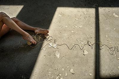 Frauenbeine - p567m1469205 von Ernesto Timor