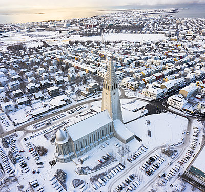 Cathedral in town in winter on seashore - p1166m2095839 by Cavan Images