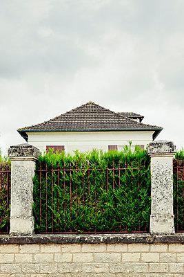 Haus hinter der Hecke II - p248m912083 von BY