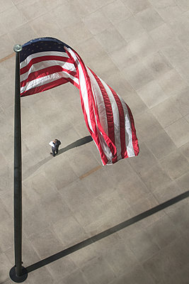Man standing under USA flag - p919m1355155 by Beowulf Sheehan
