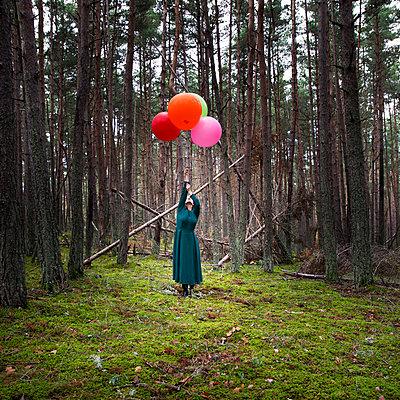 Frau mit Luftballons im Wald - p1105m2134532 von Virginie Plauchut