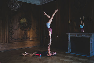 Partner acrobatics - p1295m2133594 by Katharina Bauer