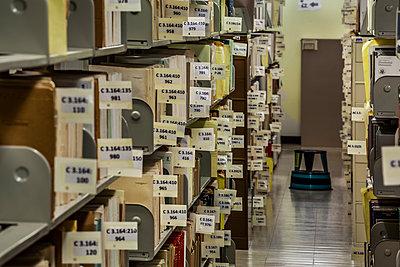 Bücher in einer Bücherei - p397m1584162 von Peter Glass
