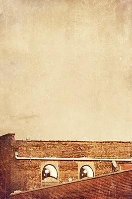 Augen an der Mauer - p470m1165099 von Ingrid Michel