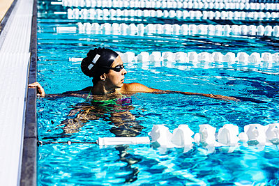 Swimmer in water at end of pool - p924m1469101 by Corey Jenkins