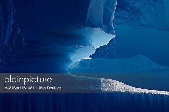 Detailaufnahme, tropfender Eisberg, Ostgrönland, Grönland - p1316m1161081 von Jörg Reuther