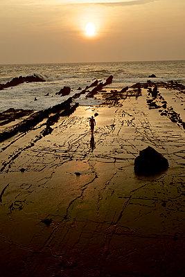 Mann am Strand im Sonnenuntergang, Jakarta, Java, Indonesien - p1316m1160801 von Christoph Jorda