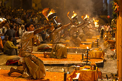 India, Uttar Pradesh, Priests celebrating River Ganges Aarti - p300m878363 by Fotofeeling