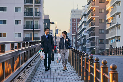 Japanese couple walking home from work - p307m2003786 by Yosuke Tanaka