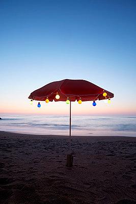 stimmungsvolle Lichterkette am Meer - p464m2026435 von Elektrons 08
