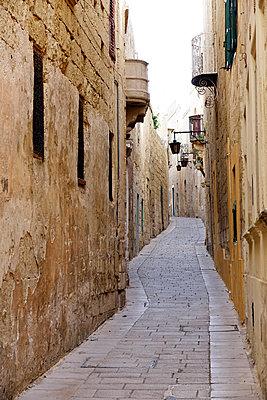 Street in Mdina (The Silent City), Malta, Europe - p871m2003552 by David Pickford