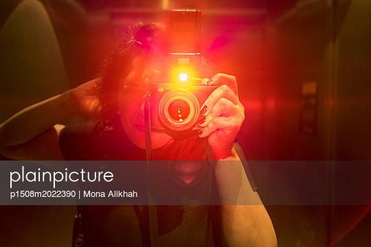 Fotografin - p1508m2022390 von Mona Alikhah