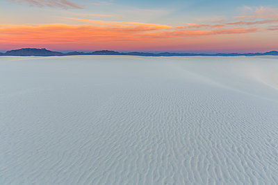USA, New Mexico, Chihuahua Desert, White Sands National Monument, landscape at sunrise - p300m1417173 by Fotofeeling
