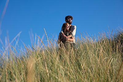 Junges Paar den in Dünen - p1212m1168692 von harry + lidy