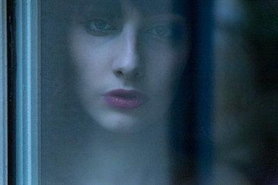Trauriger Blick aus dem Fenster - p1619m2191650 von Laurent MOULAGER