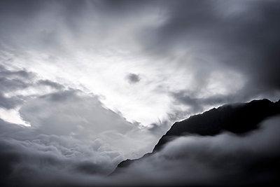 Wolkenstimmung in den Bergen - p248m1058270 von BY