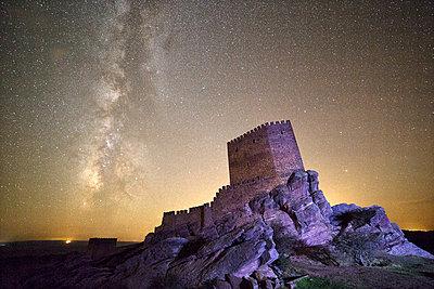 Spain, Guadalajara, Castle of Zafra at night, starry sky - p300m2083290 by David Santiago Garcia